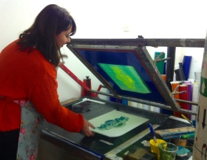 Screen printing with a vacuum table